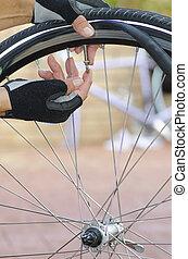 bicicleta, reparación, válvula, tubo