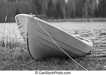 White black foto of boat on shore - White black foto of boat...