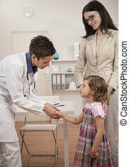 pediatra, sacudida, mano, niña, niño, paciente