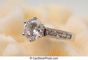 Diamond engagement ring - Large round solitaire diamond on...