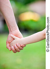 pai, filha, segurando, mãos
