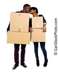 par, segurando, papelão, caixas, beijando