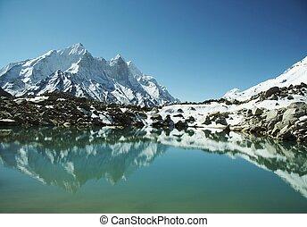 Beautiful lake - Bhagirathi Parbat peak and lake on Tapoban...