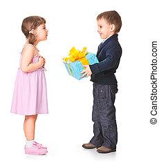 poco, niño, Dar, regalo, caja, ella, novia