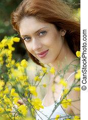 Retrato, bonito, mulher, vassouras, campo