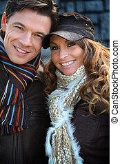 retrato, feliz, pareja, Llevando, bufandas, invierno, tiempo