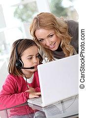rodzina, dom, używając, komputer, webcamera