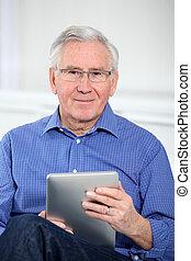 anciano, hombre, conectado, internet, electrónico,...