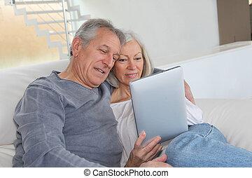 片劑, 坐, 沙發, 夫婦, 年長者, 電子
