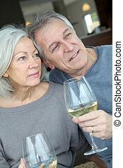 par, glädjande, Stående,  Senior, lycklig, vin
