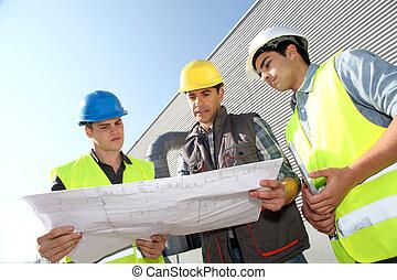 joven, gente, profesional, entrenamiento, industrial, sitio