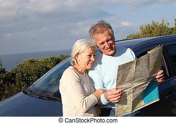 3º edad, pareja, Mirar, camino, mapa, coche, capucha
