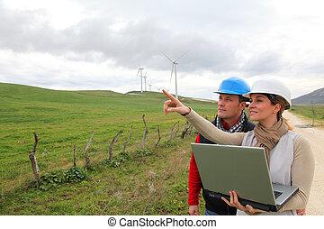 Ingenieros, trabajando, viento, turbinas, campo