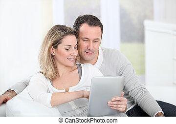 par, sentando, sofá, eletrônico, aba