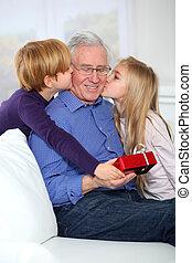 niños, Dar, cumpleaños, regalo, su, aduelo