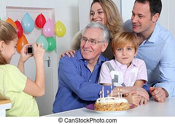 pequeno, menina, Levando, quadro, família, aniversário,...