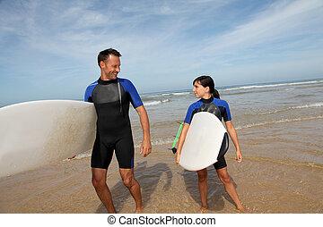 pai, filha, surfando, oceânicos