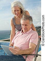 gebrauchend, Älter, Paar, Tablette