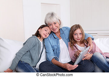 grandkids,  Touchpad, personne agee, femme, jouer
