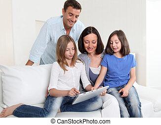 Tablette, eltern, gebrauchend, Daheim, elektronisch, Kinder