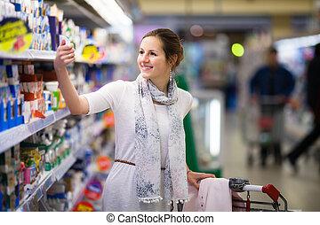 hermoso, joven, mujer, compras, diario, productos