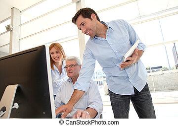 Sênior, pessoas, assistindo, negócio,...