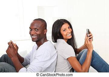 pareja, juego, smartphone, hogar