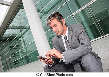 homem negócios, usando, móvel, telefone,...