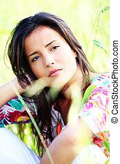美麗, 黑發淺黑膚色女子, 草地, 坐, 人物面部影像逼真, 女孩