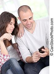 joven, pareja, en línea, compras, smartphone