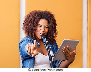 cantante, indicare, tavoletta, mentre, femmina, presa a terra, digitale