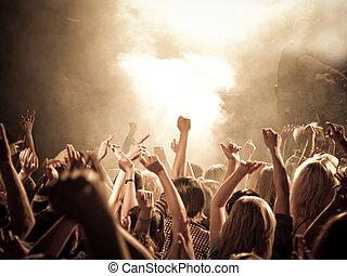 cantar, multitud, en, un, concierto
