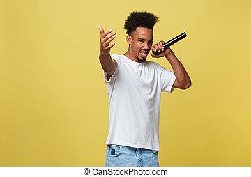cantor, ouro, sobre, executar, jovem, amarela, isolado, experiência., americano, macho africano, microphone., bonito