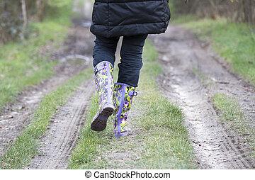 caoutchouc charge, marche, sur, rural, sentier