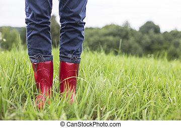 caoutchouc, jambes, herbe, bottes rouges