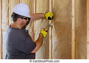 capa, hombre, utilizar, termal, aislamiento, instalación, pared, mineral, debajo, lana