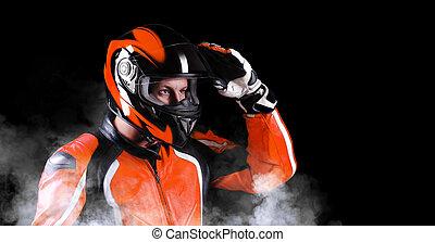 capacete, seu, equipamento, biker, closeup, segurando, laranja, retrato
