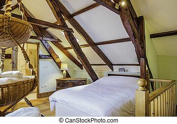 Vista interna capanna di tronchi camera letto.
