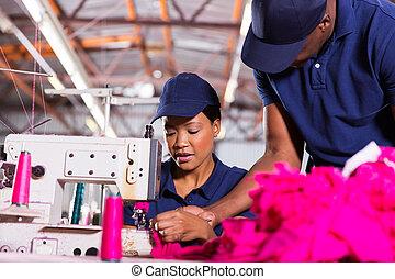 capataz, ajudando, jovem, cosendo, maquinista