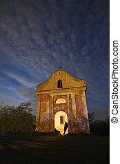 capela, à noite