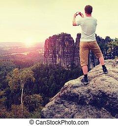 capelli corti, uomo, su, scogliera, di, roccia, volerci, photo., soleggiato, sera, roccioso, montagne.