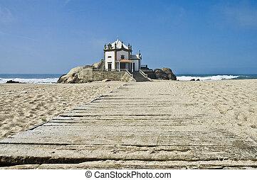 Capilla Senhor da Pedra en la playa de Miramar, Gaia, Portugal