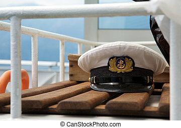 capitães, boné, bordo, ligado, um, banco madeira