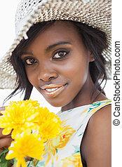 cappello portare donna, e, fiori tengono