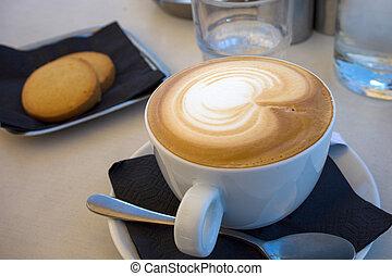 cappuccino, latte, kunst, in, weißer becher, und, untertasse, plus, biscuits., brauner, bohnenkaffee, mit, schäumend, gedämpft, milch, und, zeichnung, auf, top., perfekt, imbiß, idee, oder, fruehstueck, treat.