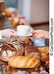 cappuccino, obtenir, tasse, boulangerie, client, femme