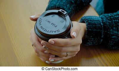 cappuccino, tasse, chaud, girl., papier, mains