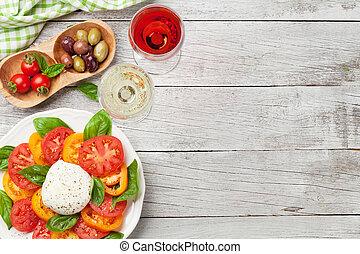 caprese salat, mit, tomaten, basilikum, und, mozzarella, mit, wein