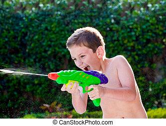 capretto, gioco, con, giocattoli acqua, in, backyard.