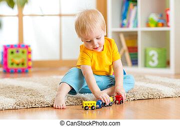 capretto, ragazzo, eseguendo giocattoli, interno